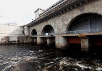 Мостовой переход по плотине гидроузла Нарвской ГЭС