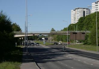 Пешеходный мост через Октябрьский проспект в жилом районе Ласнамяэ Таллина
