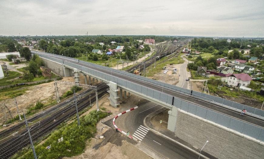 Автодорожный путепровод на пересечении железнодорожных путей в Гатчинском районе